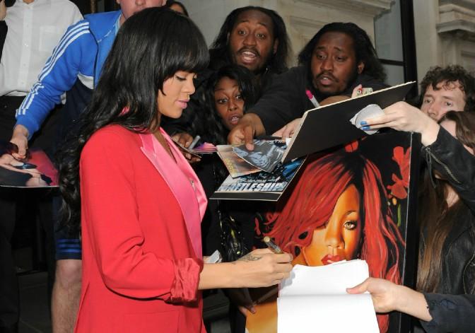 Rihanna Has A Golden Dome!/Photo's